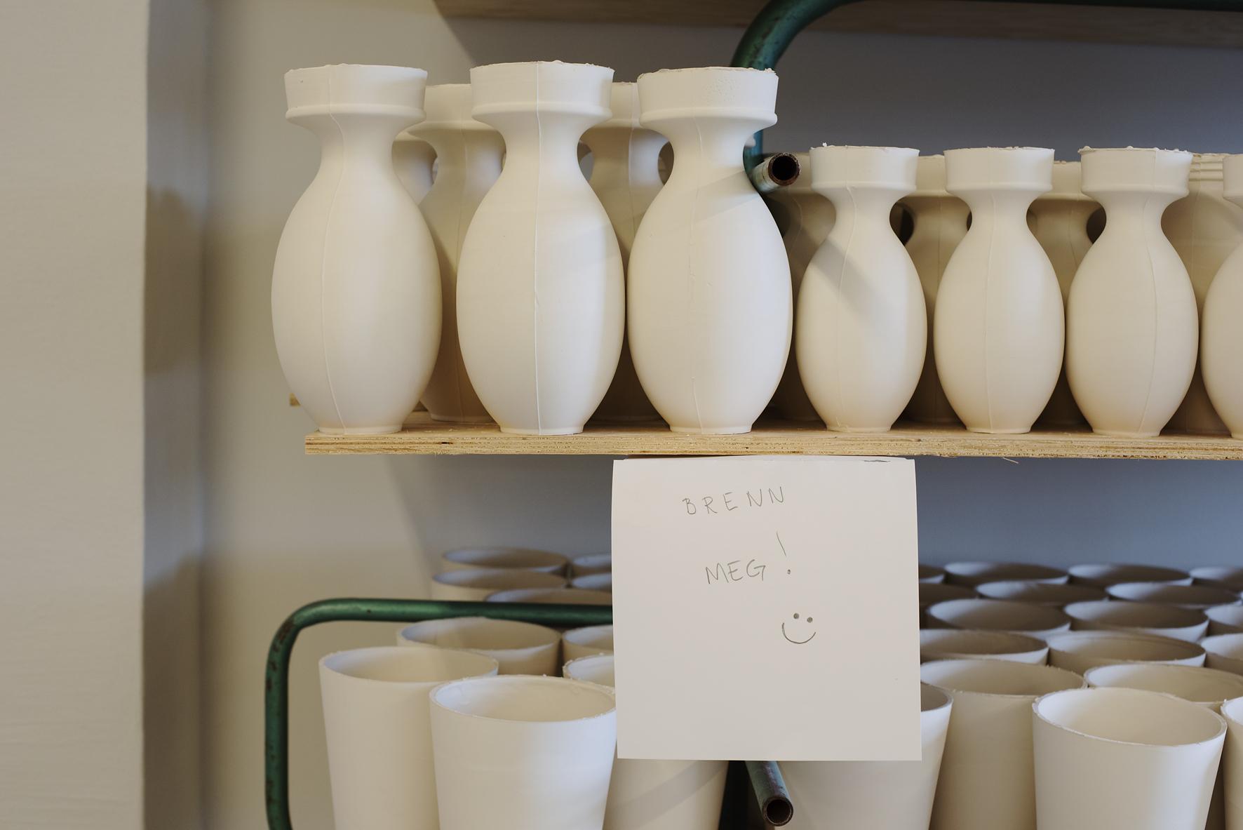 Fra produksjonen av vaser til høstens Kvasbø-utstilling.