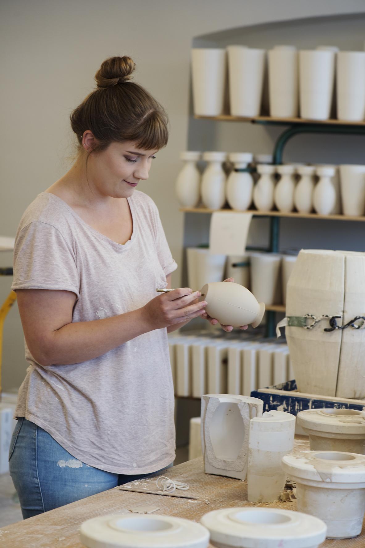 Kunstner Stine Hartvigsen assisterer produksjonen av vaser til Kvasbø-utstillingen.